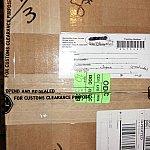 段ボール箱にも「通関のため開封・再梱包済み」の記載が。