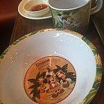 キッズコーナーのカップやお皿がエクスプローラロッジ仕様でかわいいです。