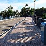 道路を渡ると橋が見えます。