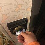 ルームキー何度も入れないと感知しないという😅奥まで入れて緑ランプが付いたら空きます!