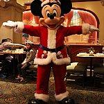 クリスマスコスチュームのミッキー。パークのミートミッキーで会えます。