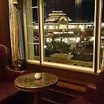 【マーセリンサロン】専用ラウンジから見える夜の景色。入ってすぐのお席です。ラウンジ利用の際はホテルのキーがあればオーケーです。