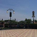 何も無い広場に看板が置かれます。知る人ぞ知るミニステージの始まりの前兆です。