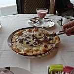 ピザはこれくらいの大きさです。生地はピザーラでいうクリスピー生地でした。