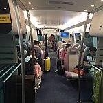 エアポートエクスプレスの車内は高級感がありとてもキレイです。スーツケースをおく場所もあります。