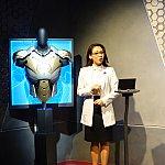 プレゼンテーションルームでは司会の女性が最新アーマーについて広東語で説明してくれます。