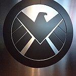 エントランスすぐのエンブレム。この前で写真を撮る方も結構いました。S.H.I.E.L.D.入隊記念にいかがですか?