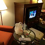 申し訳程度のテーブルと一人かけソファも。ご飯買ってホテルで食べるのも⭕