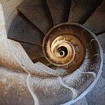 最後は巻き貝のような螺旋階段を下ります。