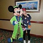 ミッキーとセルフィー!!!この写真はデジカメでフラッシュ有りで撮影しました♪フラッシュしないと暗いお部屋です(>_<)