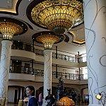 ロビーはそこまで広くないですが、日本のディズニーホテルより人がまばらで開放感がありますそして天井の美しさは格別です