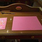 机にはこんな感じで用紙、鉛筆、シールが、並べられていました!