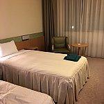 ベットの上には部屋着があります。この部屋は簡易ベッドもあって3人まで泊まれそうでした。