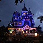 夜のミスティック・マナー外観。怪しい照明の色でより一層美しいです