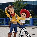 ウッディーとブルズアイの像の前には、ウッディとジェシーが遊びに来ます!