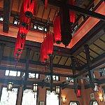 高い天井に赤い提灯がマッチしています。