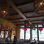 こちらの部屋は鳥籠のような照明のカサが特徴的。