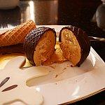 洋梨のキャラメルムースをチョコでコーティングしているのですが、チョコが勝ってます。チョコケーキキャラメル風味って感じ😅そう思えば美味しかったです😋
