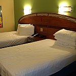 枕が異様に多い(笑)壁にはミッキーの絵が飾っていました。