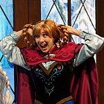 アナ「ミッキーの耳よ!」、エルサ「やめてよ、アナ…」