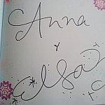 アナ(上)とエルサ(下)のサインです。ペンは持参しましょう。