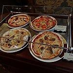 ピザの見本。ゴルゴンゾーラ、マルゲリータ、イタリアンソーセージ、ゴートチーズとドライトマトのピザの4種類がありました。