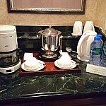 ミニバーはこんな感じです♡ちゃんと湯沸かし器も用意されていて便利です。お部屋には500㎜のペットボトルのミネラルウォーターが無料で4本おいてありました!♡パークのものは高いのでありがたや!この下に冷蔵庫があります、入っている飲み物は有料です。