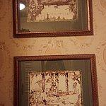 ポットが置いてあるあたりにも絵が飾られています。