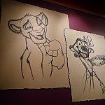 アニメーションアカデミーの部屋内に入る前にたくさんのイラストが飾ってあります!