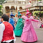 「眠れる森の美女」の3人の魔法使いたちがパレードを導きます。
