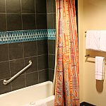 シャワールームと完全に別部屋のバスルーム。手前にトイレ。やたらにだだっ広い(*_*;