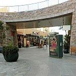 ショッピングモールのような場所もありました。日曜日だったからかほとんど閉まってましたが…