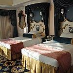 シンデレラルームのベッドルームのお写真です。奥のベッドがトランドルベッドで引き出すと1台ベッドが増えます☺