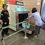 切符を買ったら、手荷物を全部ベルトコンベアに載せて、反対側で受け取りましょう。