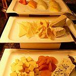 フルーツやチーズ、ドライフルーツなんかもあってみんなこれをつまみにワインやビールを頂いてました!