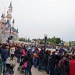 パレード開始直前の城前の様子(平日)。2列目まで埋まっています。
