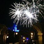 ビースト城をバックに上がる花火