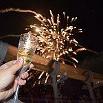 ニューイヤーのお祝いの花火とシャンパン