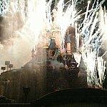 ショーのフィナーレ。お城が爆破されているように見えるくらいパイロが上がります。