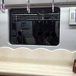 地下鉄の座席はプラスチックのようなもので、硬いです
