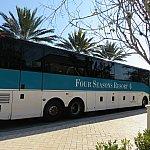 フォーシーズンズリゾートと書かれたバスで各パークに行くことができます。
