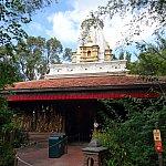 バンコク的な寺院の先が乗り場です
