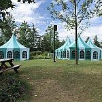 広場の隣のピクニックエリアにはテントが!冷房付きの休憩所です
