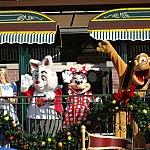 開園のカウントダウンに行う朝イチのショー。汽車にディズニーの仲間たちが乗ってきます。