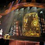 舞台にある大きなワンダラスブック