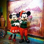 クリスマス衣装のミッキーとミニー
