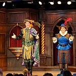このお二人が進行役で、野獣役や王子役を担当します。変幻自在の名役者で、歌もかなり上手です。