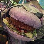 ハンバーガーのバンズは紫色でした。