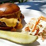 ローストビーフとチェダーチーズのハンバーガー