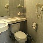 こちらは洗面台とトイレ。右上のドライヤーは固定式です